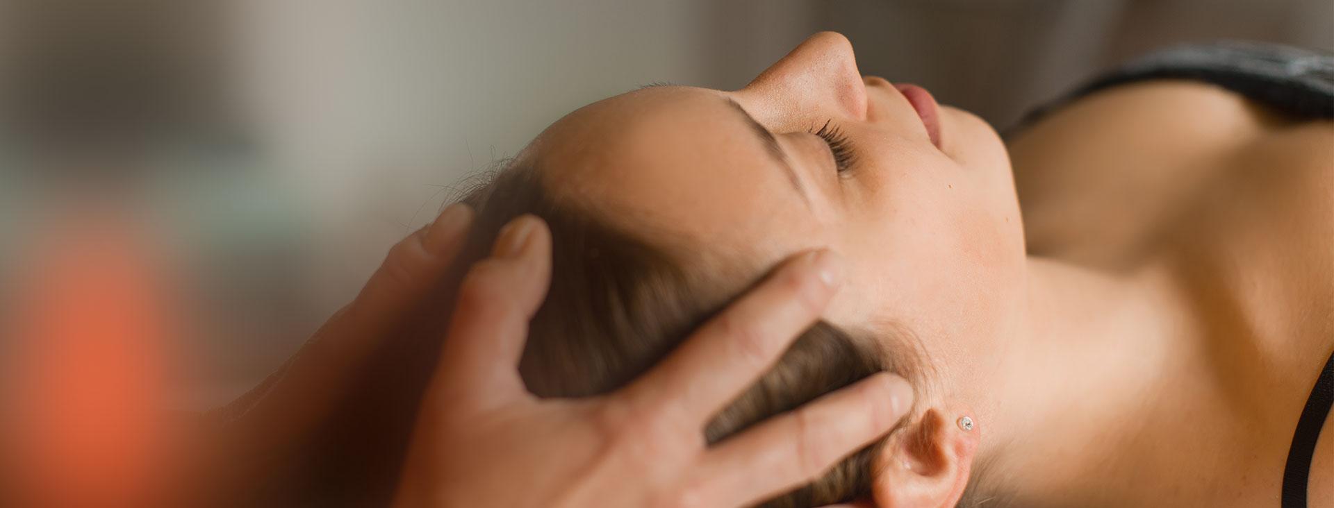 Physiotherapeutin Angela Maier führt Cranio Sacral behandlung durch