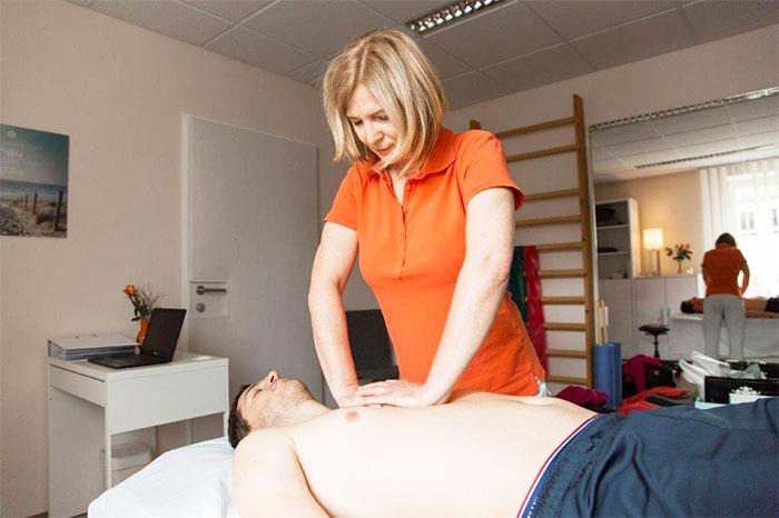 Pysiotherapeutin Angela Maier bei der Viszeralen Therapie in der Physiopraxis in Salzburg Nonntal